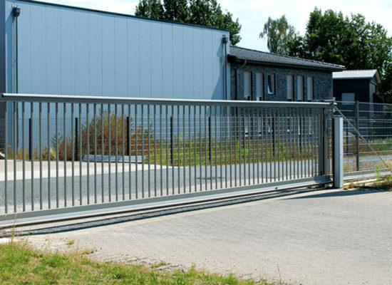 Referenz Rhino Torsysteme elektrische Hoftore aus Aluminium für Firmeneinfahrten